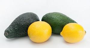 Композиция из авокадо и лимонов