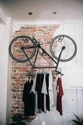 Велосипед в качестве вешалки