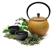 Композиция из зеленого чая в чайнике и чашечек