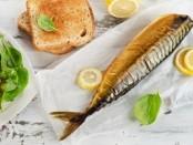 Копченая рыба, салат и хлеб