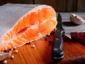 Кусок на доске с ножом