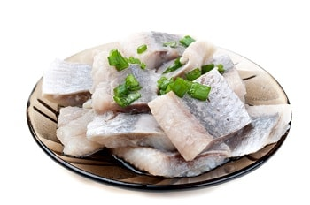 Кусочки рыбы на тарелке