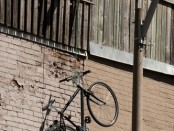 Велосипед висит за балконом