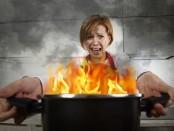 Девушка с горящей кастрюлей