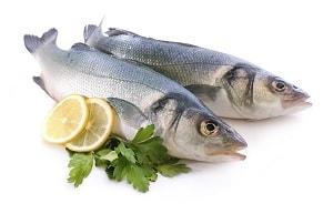 Две рыбы, дольки лимона и зелень