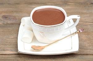 Напиток в чашке на блюдечке