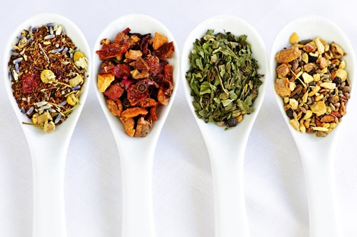 4 вида чая на ложках
