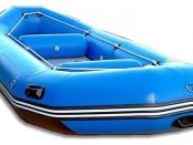 Синяя надувная лодка
