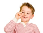Мальчик держит зуб в руках