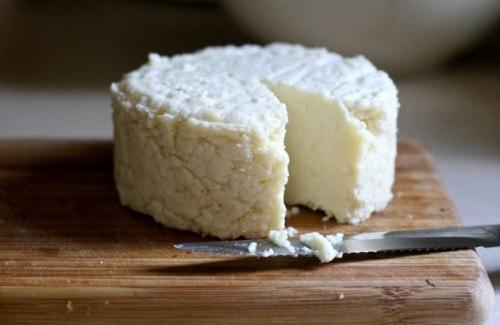 Самодельный сыр на доске