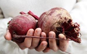 Женщина держит овощи в руках