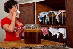 Девушка пьет чайный гриб