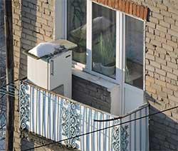 Холодильник на открытом балконе